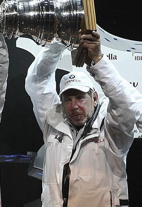 Milliardär Larry Ellison präsentiert den Siegerpokal der Americas Trophy