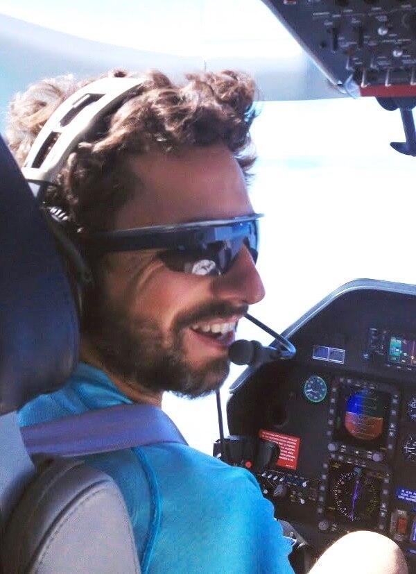 Sergey Brin als Pilot, mit Brille und Headset, im Flieger