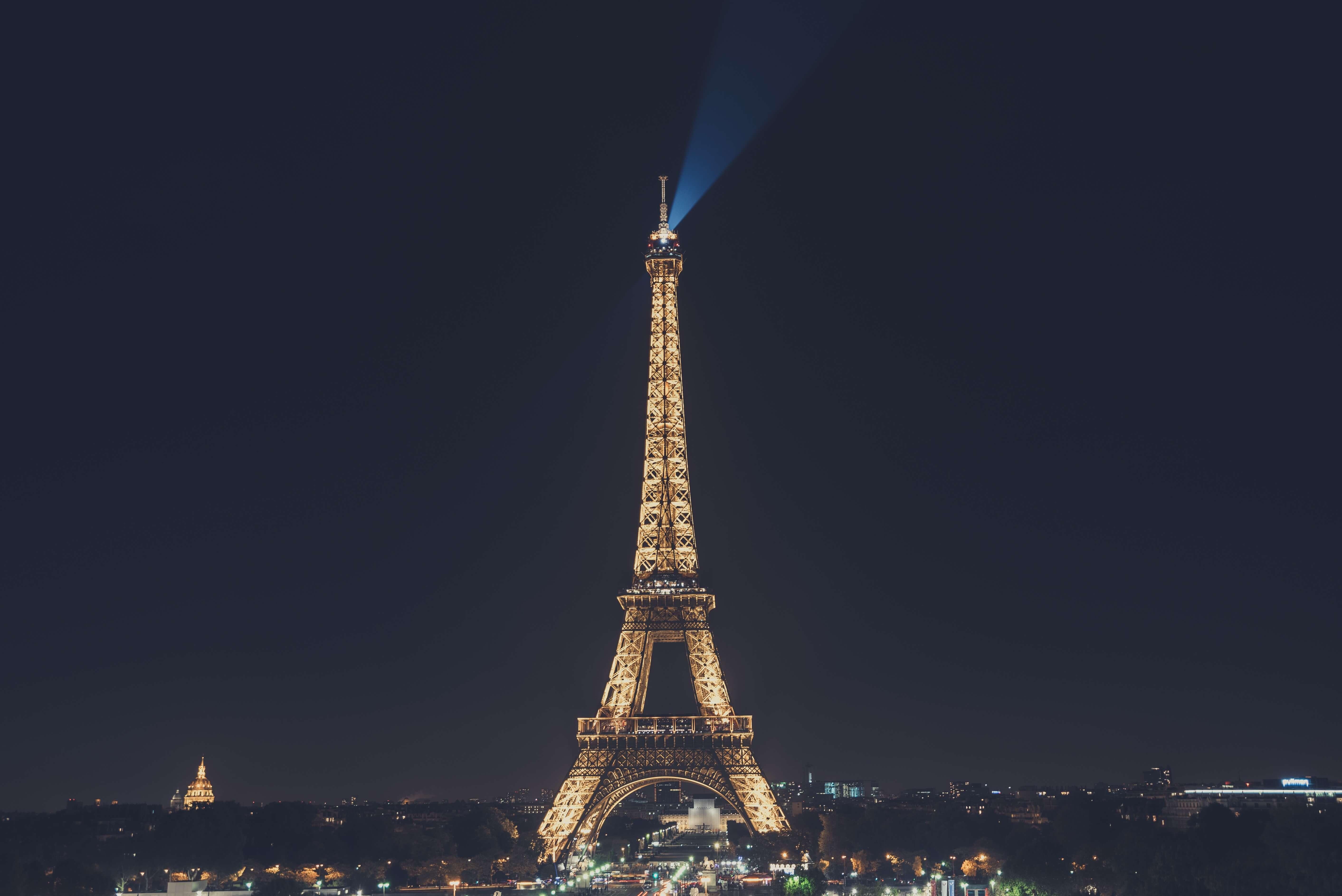 Eiffelturm bei Nacht, mit Beleuchtung