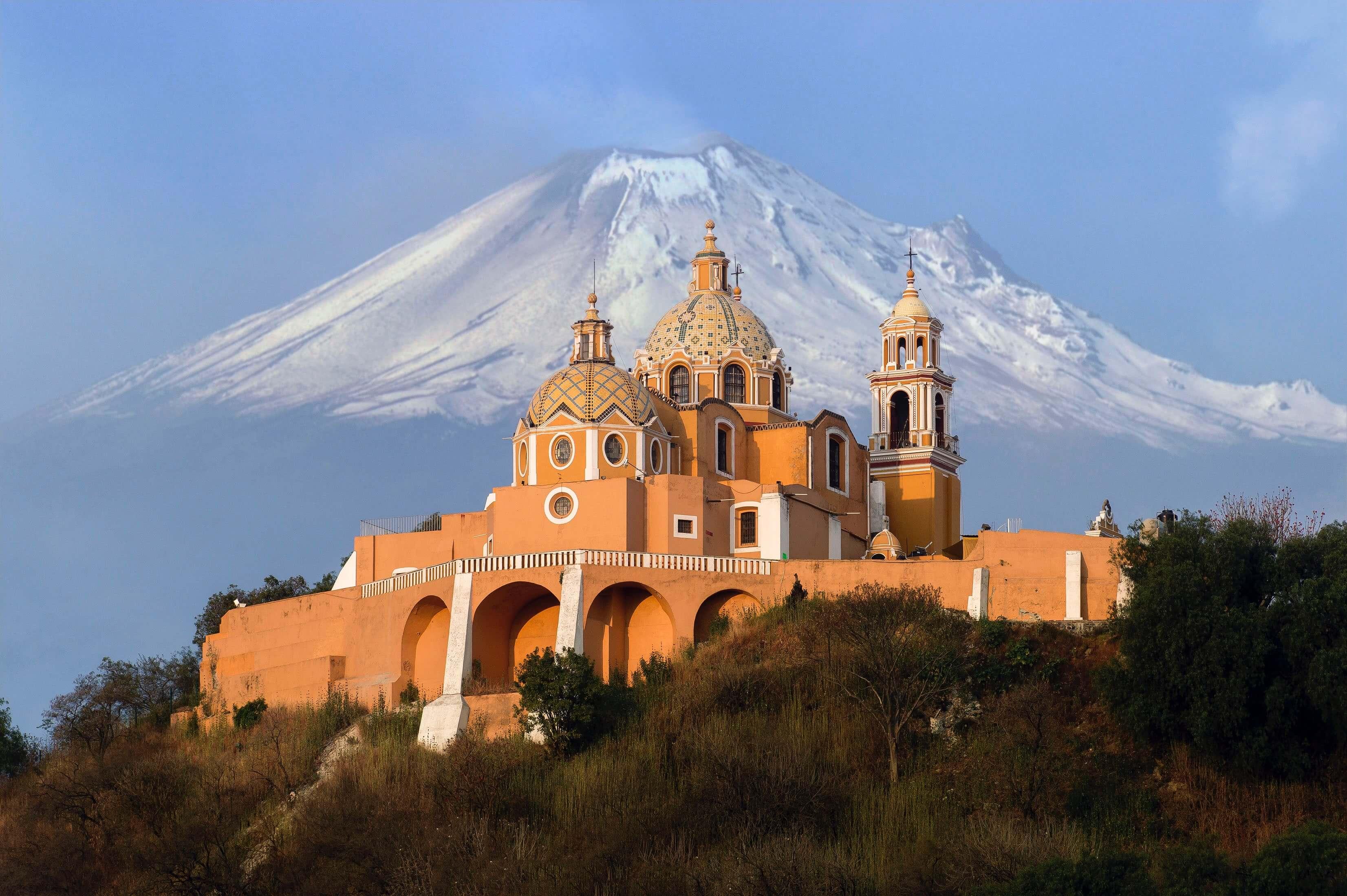 Tempel von einem schneebedeckten Vulkan