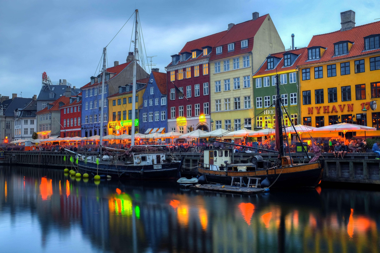 farbige Häuser mit bunten Lichtern am Hafen