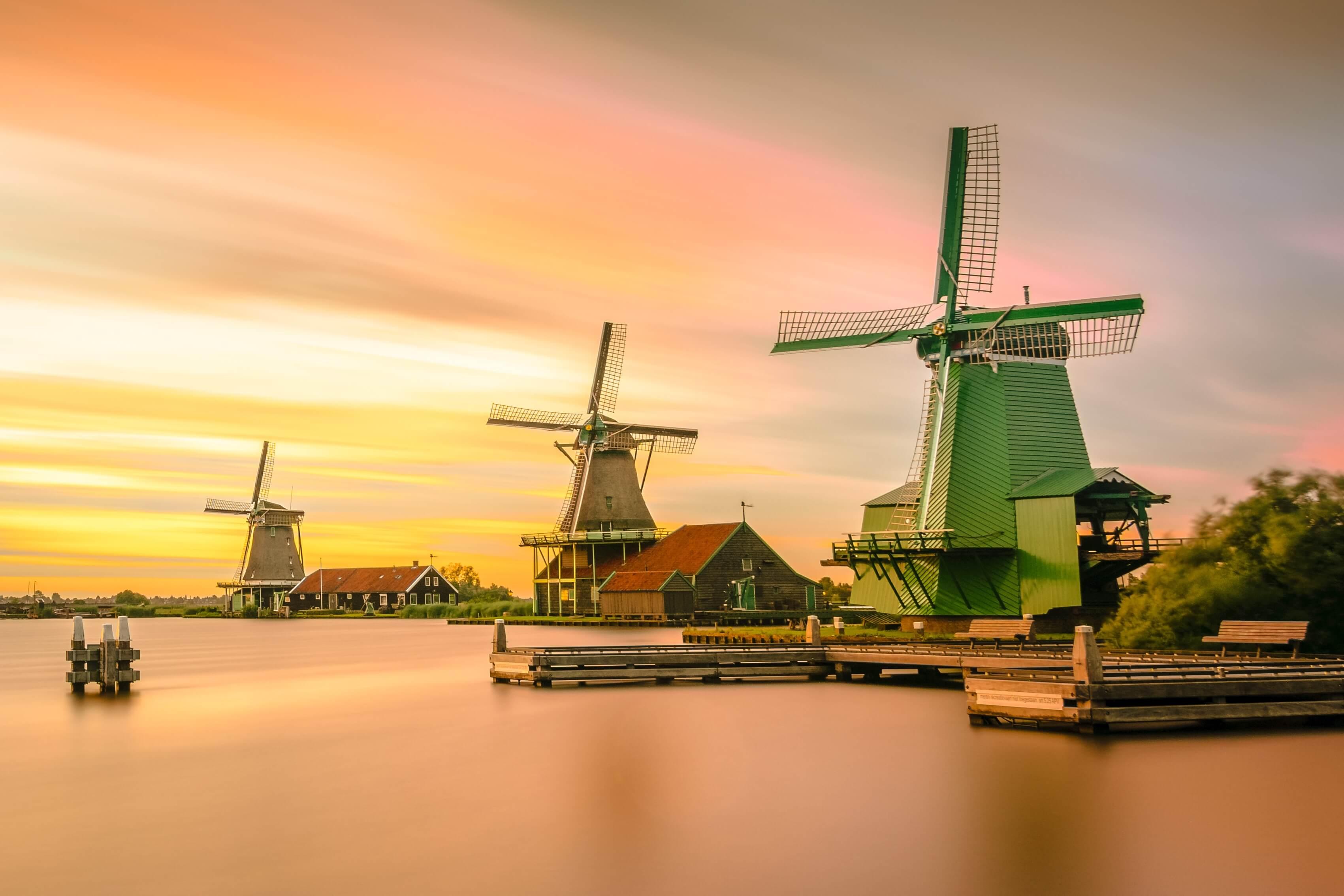 Windmühlen am Wasser, bei Sonnenuntergang