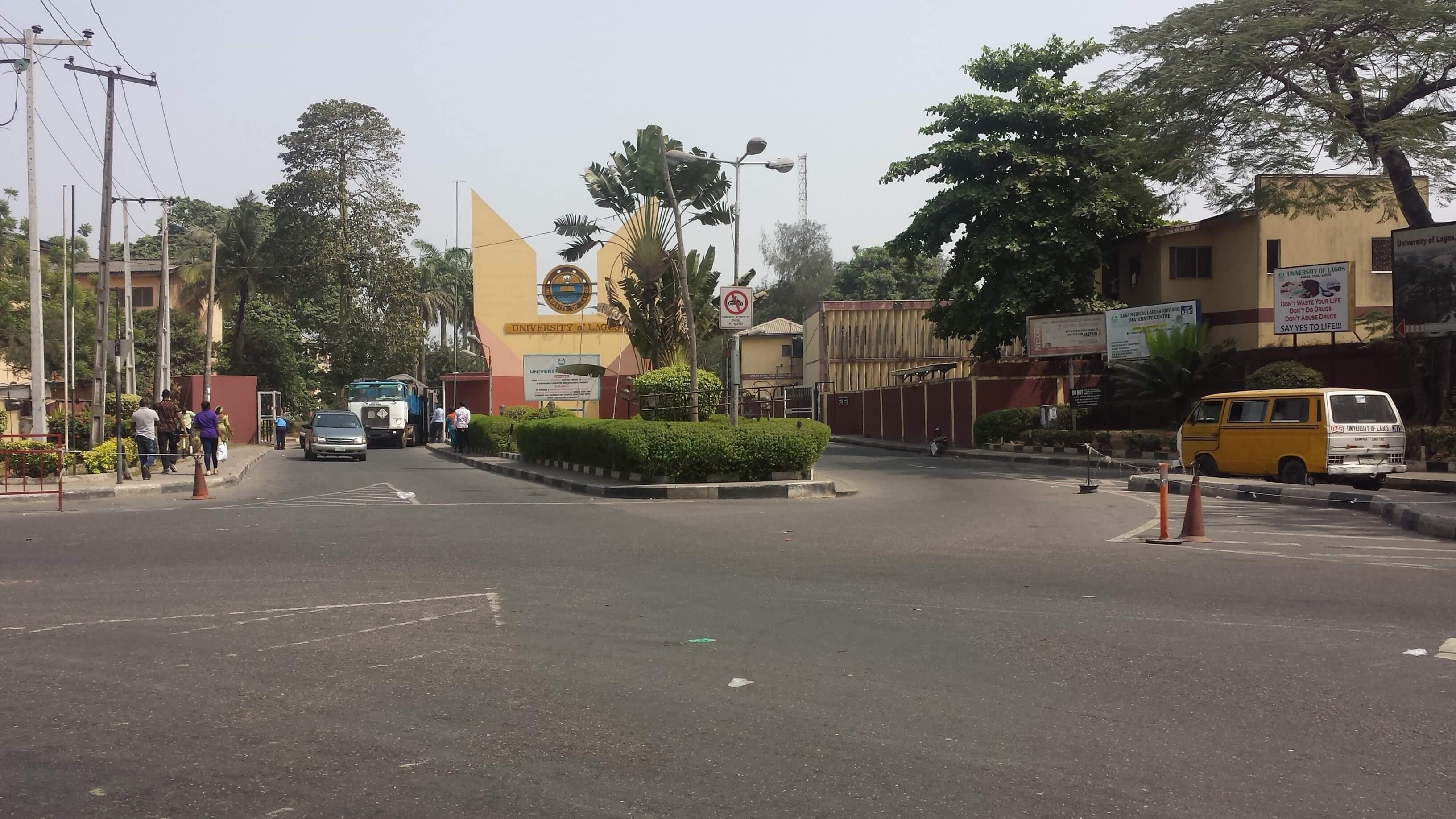 Strasse am Eingang zur Uni in Nigeria