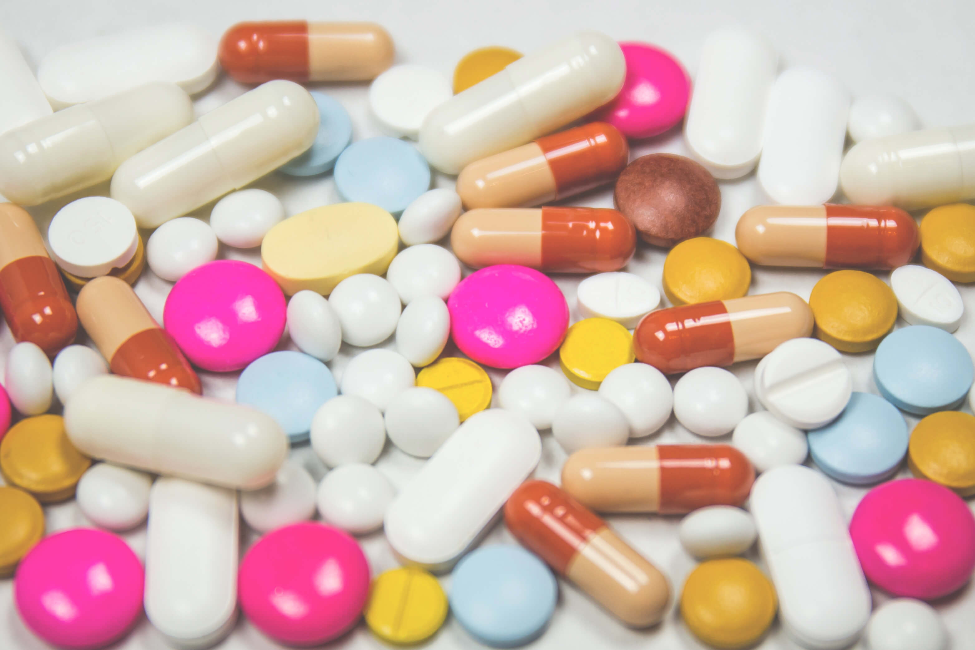 Tabletten und Kapseln liegen auf dem Tisch